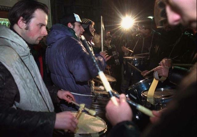 Stalna samoorganizovana ekipa dobošara je imala glavnu ulogu u prenošenju ideje Buke u pola osam u Beogradu, koja se kasnije proširila kao požar celom Srbijom. Fotografija: Ivan Milutinović