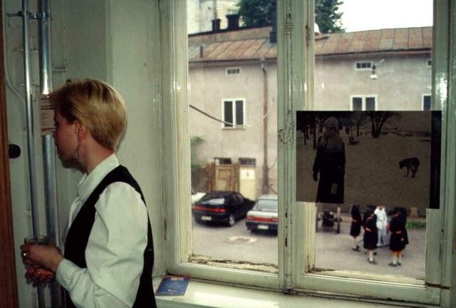 Škart plakat kroz prozor
